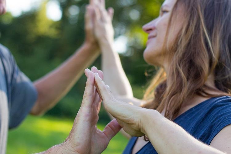 Entdecke was es für Möglichkeiten gibt jenseits deiner üblichen Muster mit anderen Menschen in Kontakt zu treten und diese dabei genauso anzunehmen wie dich selbst.