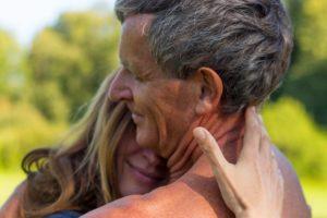 Ohne die Erfahrung von Liebe und Wertschätzung in einer sicheren Bindung kann es schwer gelingen sich selbst zu lieben und für die Erfüllung der eigenen Bedürfnisse zu sorgen. Mit dem therapeutischen Konzept des Bonding ist es möglich neue positive Erfahrungen zu machen.