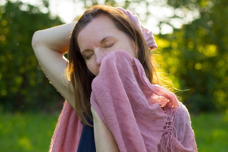 In verschiedenen Achtsamkeitsübungen kannst du deine Sinne aktivieren und wirst Anregungen erhalten, dich auf das Hören, Schmecken, Riechen und Tasten zu konzentrieren und deine Wahrnehmung zu verfeinern.