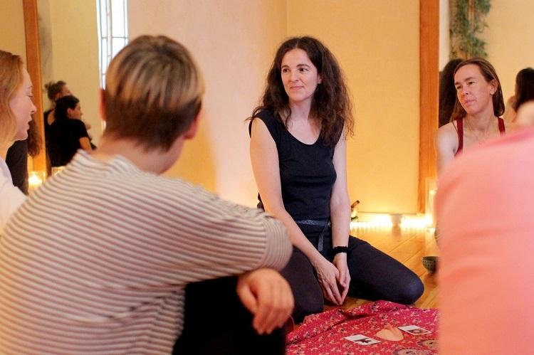Austausch unter Frauen in der Gruppe, im Orgasmic Woman Workshop Potsdam, Berlin